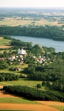 zdjęcie z lotu ptaka przedstawiające miejscowość Bakałarzewo malowniczo położone nad jeziorem