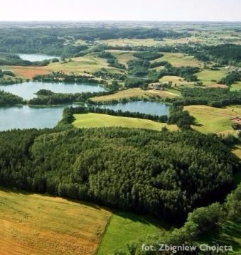 zdjęcie z lotu ptaka przedstawiające widok na cztery jeziora i las