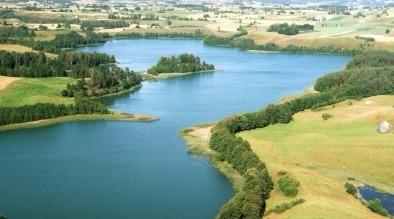 zdjęcie z lotu ptaka przedstawiające jezioro